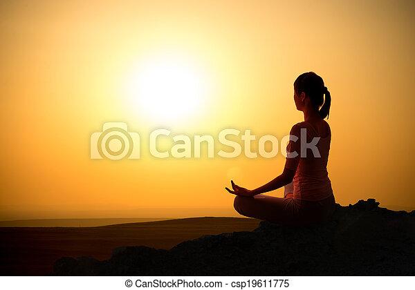 A la salida del sol chica yoga - csp19611775
