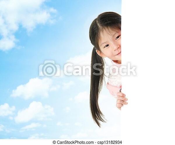 Chica asiática escondida detrás de una tarjeta blanca en blanco - csp13182934