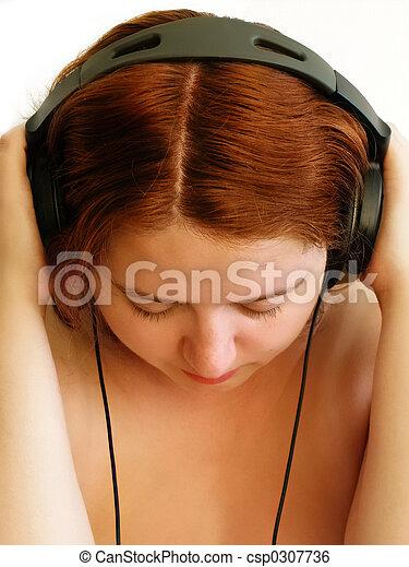 Una chica con auriculares - csp0307736