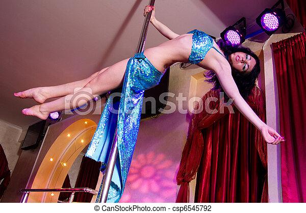 Chica stripper bailando en traje - csp6545792
