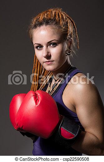 Hermosa chica con guantes de boxeo, rastas - csp22590508