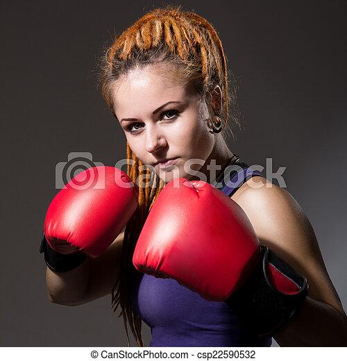 Hermosa chica con guantes de boxeo, rastas - csp22590532