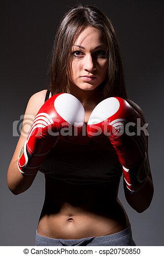 Hermosa chica con guantes de boxeo, antecedentes oscuros - csp20750850