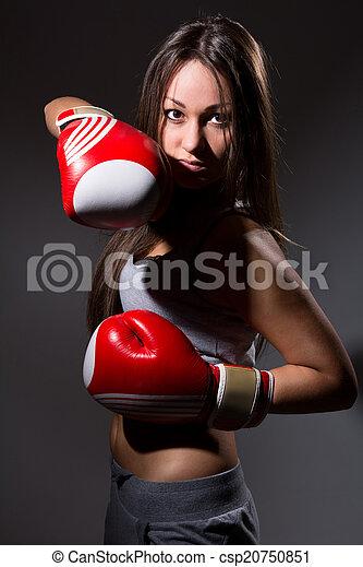 Hermosa chica con guantes de boxeo, antecedentes oscuros - csp20750851