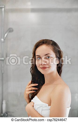 niña, crema, hidratante, cuerpo de mujer, mojado, prestigio risueño, manos, joven, care., hermoso, bathroom., oil., usos, mientras, protección, ella, pelo, conmovedor - csp76244647