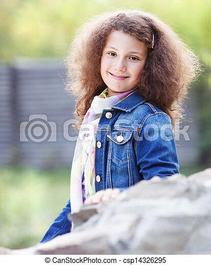 Retrato de una sonriente niña feliz - csp14326295