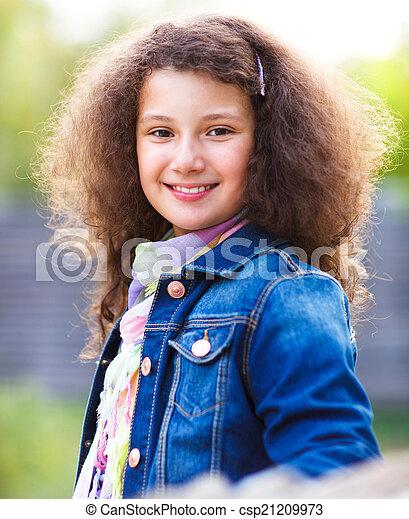 Retrato de una sonriente niña feliz - csp21209973