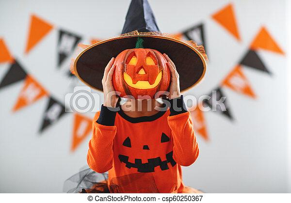 Niña feliz disfrazada de calabaza para halloween. Feliz niña sonriente disfrazada de calabaza ...