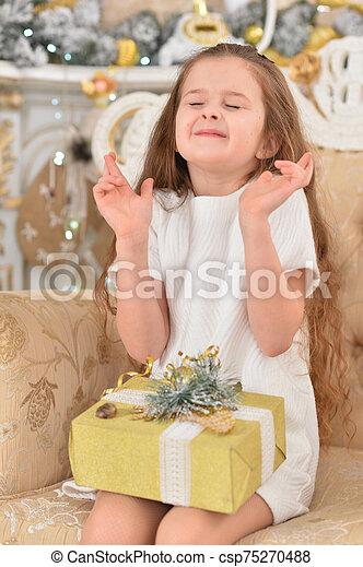 niña, hermoso, regalo, habitación, adornado, navidad - csp75270488