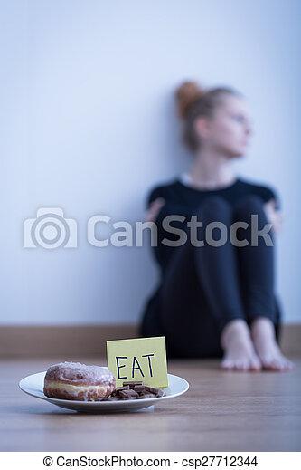 Una joven anoréxica - csp27712344
