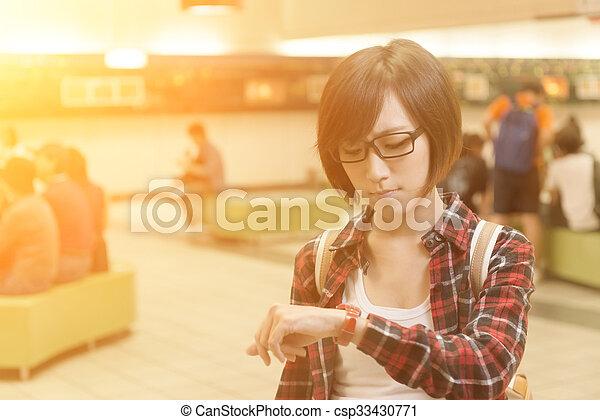 Chica asiática espera - csp33430771