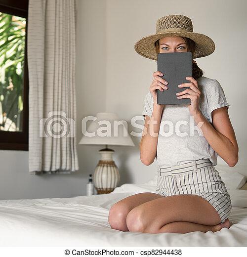 niña, joven, atractivo, dormitorio, libro - csp82944438