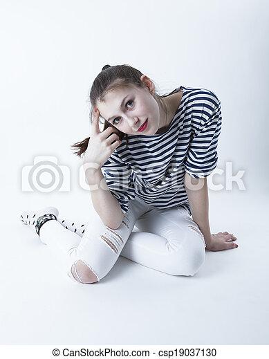 Una joven en gris - csp19037130