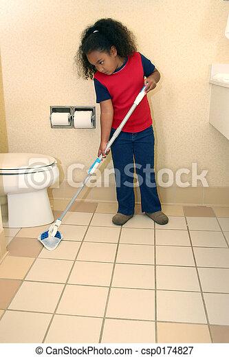 Una niña limpiando - csp0174827