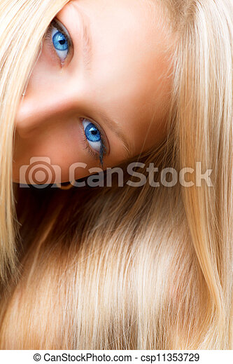 Pelo rubio. Rubia con ojos azules - csp11353729