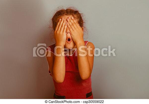 Chica con las manos sobre los ojos - csp30559022