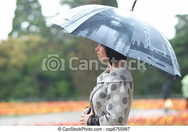Bonita chica con paraguas - csp6755997