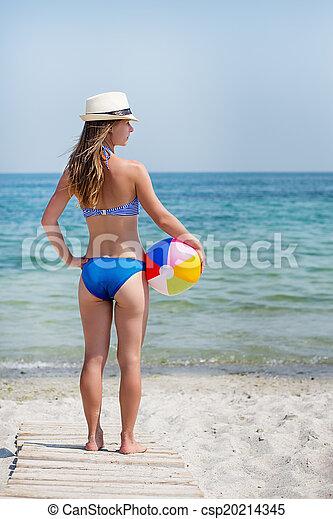 Chica con pelota en la playa - csp20214345