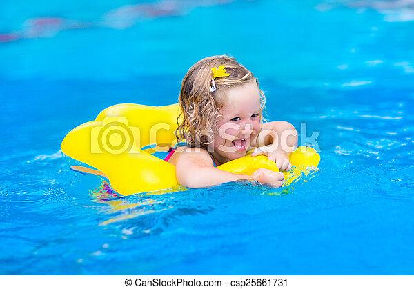 Una niña en la piscina - csp25661731