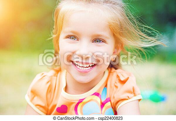 Linda niña en el prado - csp22400823