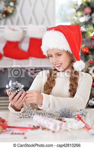 Chica preparándose para Navidad - csp42810266