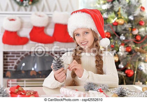 Chica preparándose para Navidad - csp42552610