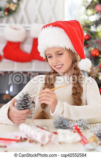 Chica preparándose para Navidad - csp42552584