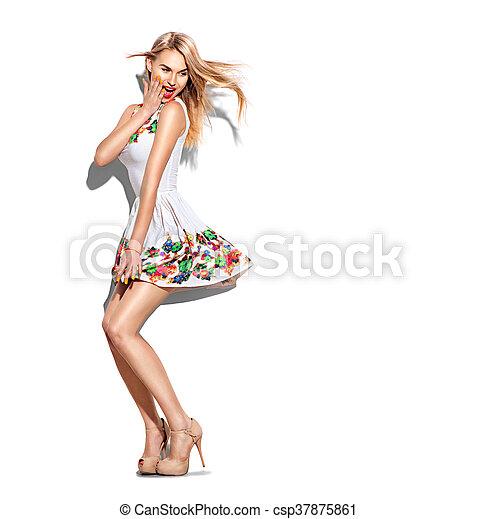 Sorprendida chica modelo con un retrato largo vestido con un vestido blanco corto - csp37875861