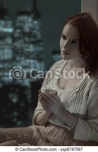 Hermosa chica romántica con una taza de café - csp8747067