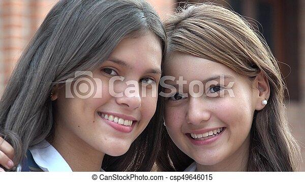 Chicas adolescentes felices sonriendo - csp49646015