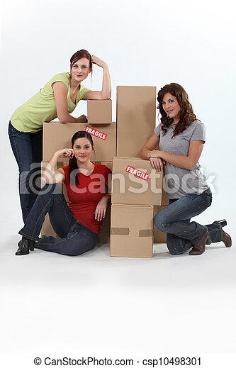 Chicas con cajas de mudanza - csp10498301