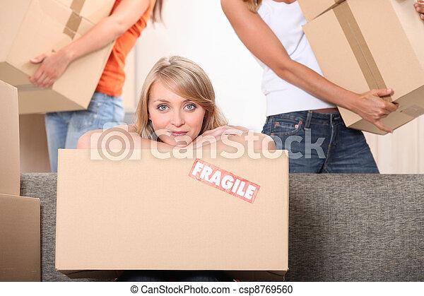 Chicas moviendo cajas - csp8769560