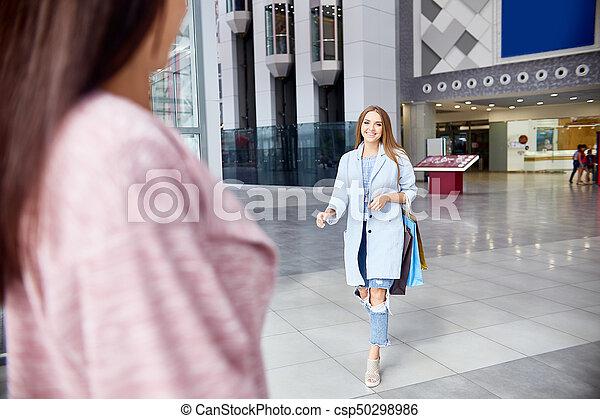 Dos chicas reunidas en el centro comercial - csp50298986