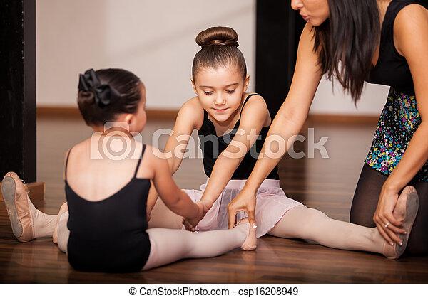Niñas en clase de ballet - csp16208949