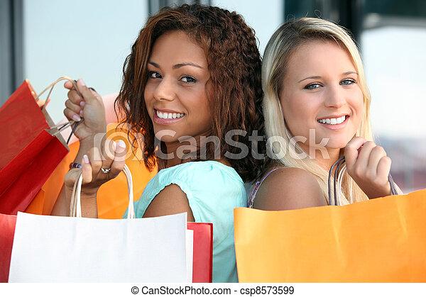Dos chicas haciendo compras - csp8573599