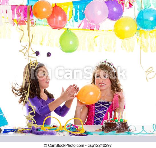 Niños felices fiestas de cumpleaños chicas con globos - csp12240297