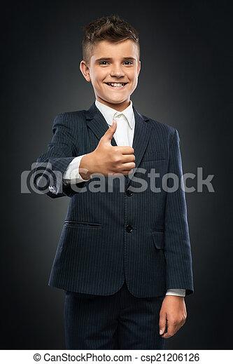 Chico con traje negro mostrando pulgares arriba - csp21206126