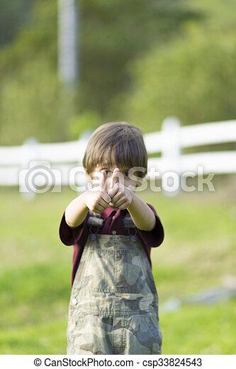 Un chico encantador y feliz mostrando los pulgares - csp33824543