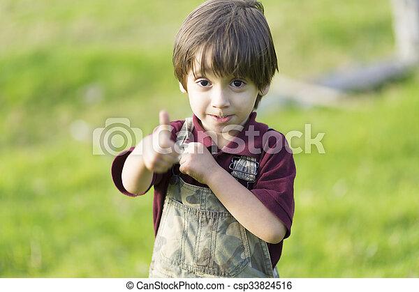 niño, actuación, arriba, pulgares, encantador, feliz - csp33824516