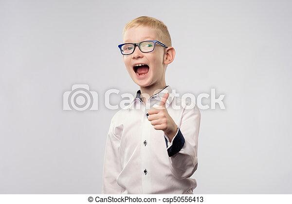 Retrato de niño feliz mostrando los pulgares hacia arriba gesto - csp50556413