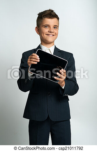 Chico mostrando tablet ordenador - csp21011792