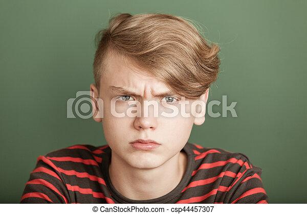Un adolescente petulante con un ceño fruncido - csp44457307