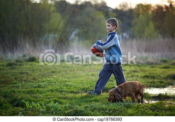 Un chico con un perro que camina - csp19766393