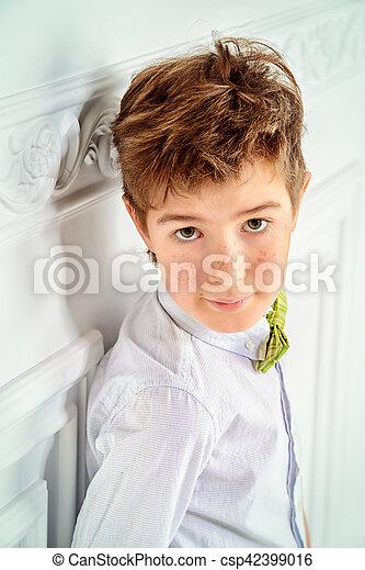 fa60dd87b Niño, camisa blanca. Lindo, moda, viejo, habitación, niño, concept ...
