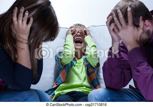 Un niño gritando y padres cansados - csp21710816