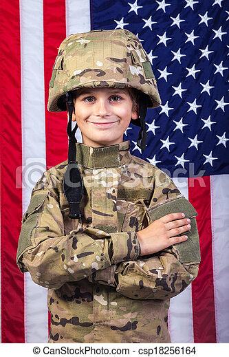 Un joven vestido como un soldado con bandera americana - csp18256164
