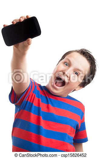 Un adolescente mostrando su teléfono inteligente - csp15826452