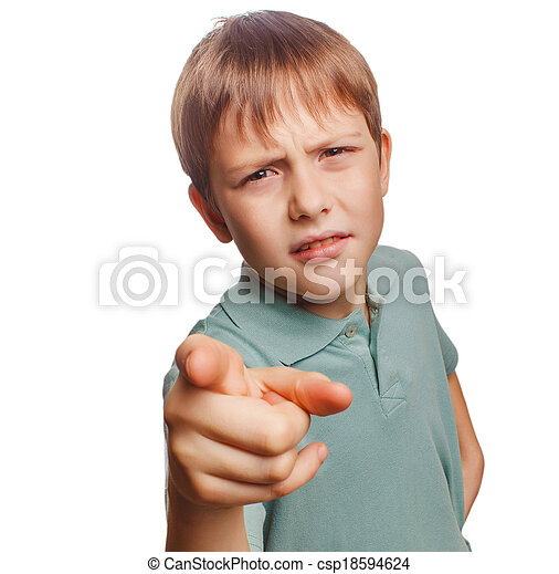 El chico enfadado muestra su dedo al mal de la pantalla - csp18594624