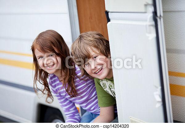 niño, entrada, caravana, niña, sentado - csp14204320