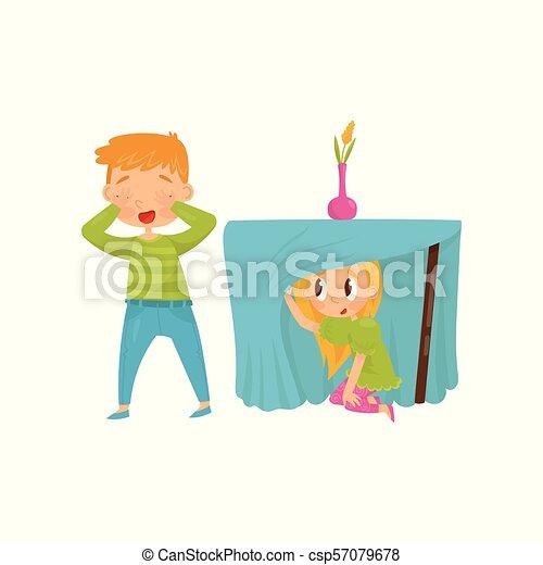 Hermano y hermana jugando al escondite. Una chica escondida debajo de la mesa. Chico cerrando los ojos con sus manos. Diseño vectorial plano - csp57079678